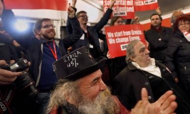 Apoiadores do Syriza comemoram vitória história do partido na Grécia Foto: MARKO DJURICA / REUTERS