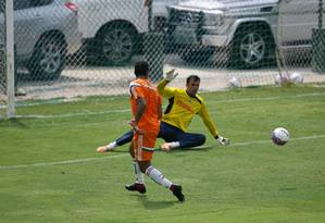 Michael dá o passe para o gol de Jean na vitória do Fluminense em jogo-treino contra a Cabofriense Foto: Luiz Ackermann/24-1-2015