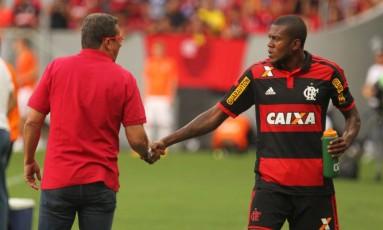 O técnico Vanderlei Luxemburgo cumprimenta o atacante Marcelo Cirino, principal contratação do Flamengo para 2015, em um dos amistosos do rubro-negro na pré-temporada Foto: Gilvan de Souza/Flamengo
