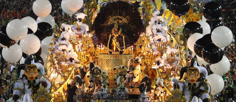 Alegoria da São Clemente em 2012, um dos melhores desfiles da história da escola Foto: Ivo Gonzalez / O Globo