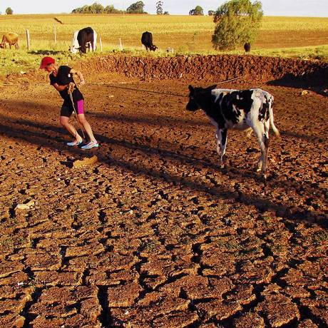 Fazendeira em Passo Fundo, no Rio Grande do Sul: La Niña causa efeitos devastadores, como longas estiagens Foto: Vagner Guarezi / AP
