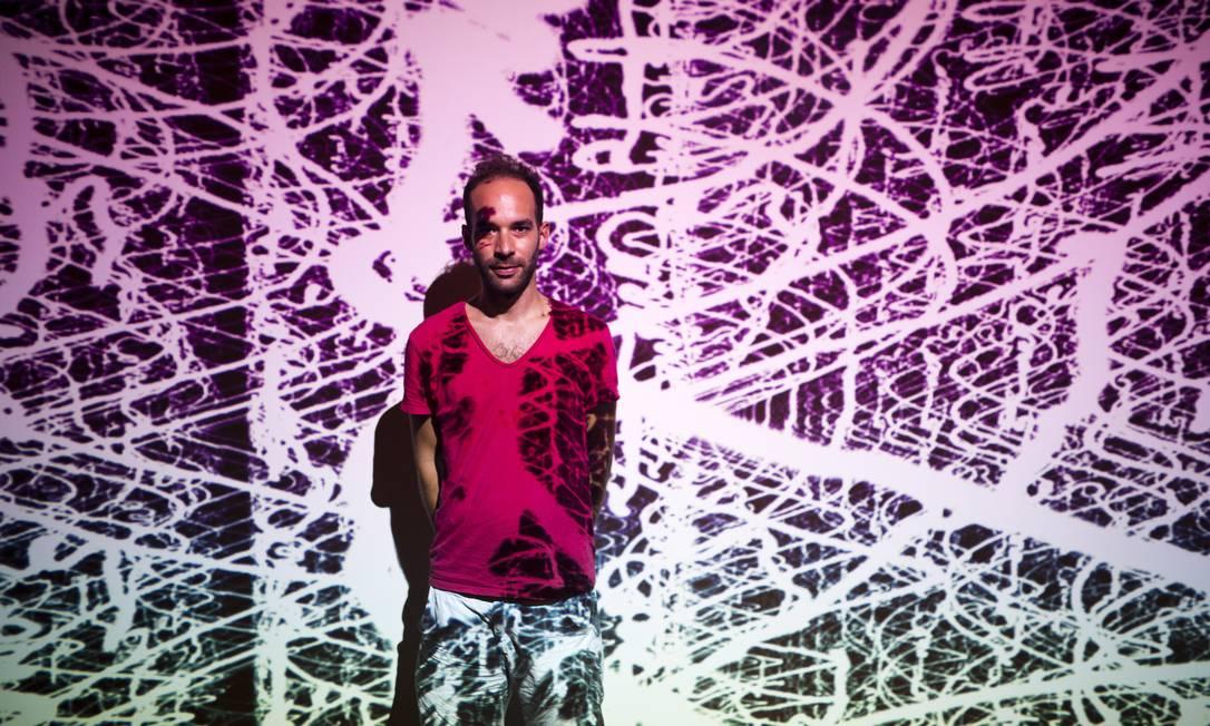 """Espaços imaginários: o francês Pierre Berger junto à tela de uma das experiências interativas que leva o visitante para """"dentro"""" de um Universo tridimensional Foto: Fábio Seixo"""