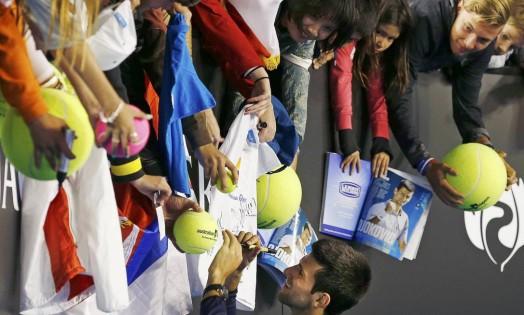 O sérvio Novak Djokovic faz a alegria dos fãs após vencer mais um jogo no Aberto da Austrália Foto: ATHIT PERAWONGMETHA / REUTERS