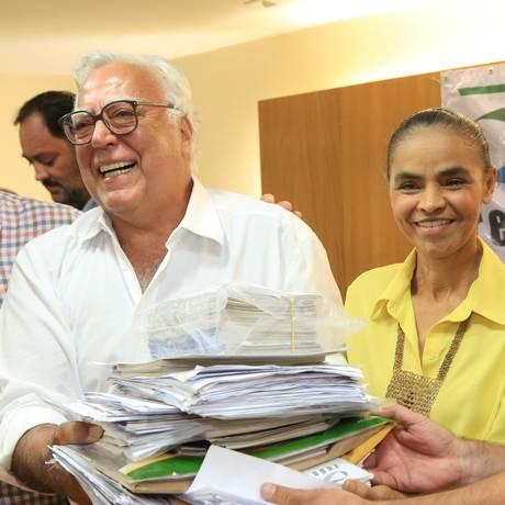 Ao lado de Miro Teixeira e Jefferson Moura, Marina Silva recebe as assinaturas para a criação de seu novo partido Foto: Fernando Quevedo / Agência O Globo