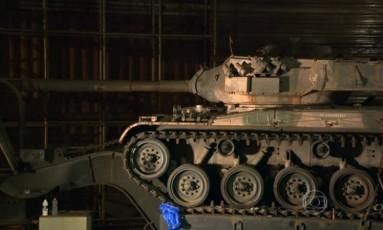 Tanque de guerra sem motor foi apreendido pela PM em galpão na Zona Sul de SP Foto: Reprodução/TV Globo