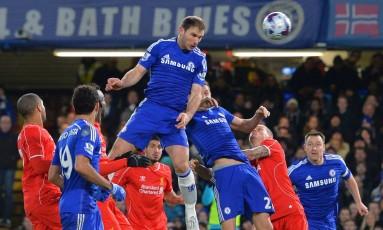 Ivanovic sobe mais que a defesa para marcar gol do Chelsea sobre o Liverpool em Stamford Bridge Foto: GLYN KIRK / AFP
