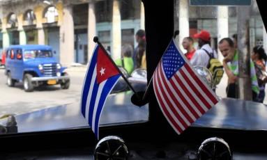 Miniaturas das bandeiras de Cuba e dos Estados Unidos em um automóvel de Havana. Governo americano reconheceu que falta de confiança exposta por Fidel é mútua e disse estar trabalhando para reverter a situação Foto: Franklin Reyes / AP