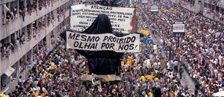 Desfile polêmico de 1989: carro com Cristo coberto e ala de mendigos Foto: Ricardo Leoni / O Globo