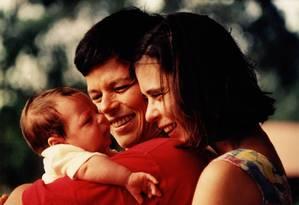 Chicão, a cantora e Eugênia, numa das fotos de arquivo exibidas em 'Cássia' Foto: Divulgação