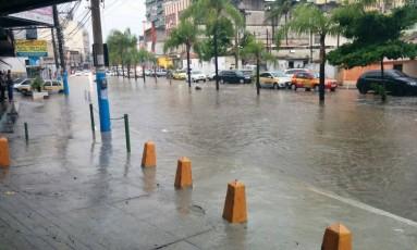 Parte da Avenida Presidente Kennedy, em São Gonçalo, ficou alagada após temporal Foto: André Miranda de Souza / O Globo