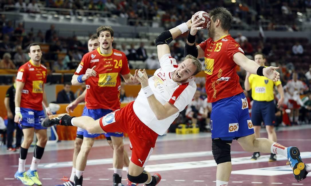 O dinamarquês Rene Toft tenta o gol na derrota para a Espanha e7fcf51ae4094