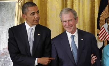 Obama e Bush Foto: Charles Dharapak / AP/31-05-2012