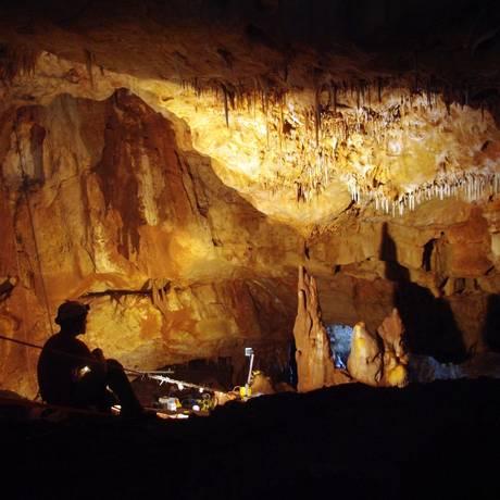 Pesquisadores na caverna de Manot, na regiçao israelense da Galileia, onde o fragmento de crânio foi encontrado Foto: Amos Frumkin/Universidade Hebraica
