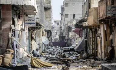 Rua destruída no centro de Kobani. Cidade foi retomada das mãos do Estado Islâmico por forças de resistência curdas Foto: BULENT KILIC / AFP