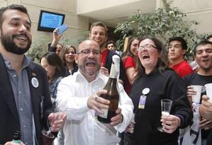 Grupo ativista LGBT comemora aprovação do Congresso chileno da união civil para gays Foto: RODRIGO GARRIDO / REUTERS