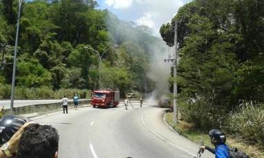 Kombi pega fogo na Grajaú-Jacarepaguá Foto: Foto do Leitor: Antonio Guido / Foto do Leitor: Antonio Guido