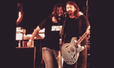Rafael Giácomo e Dave Grohl no palco da Esplanada do Mineirão Foto: Reprodução / Página da Monkey Wrench no Facebook