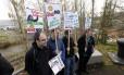 Ambientalistas protestam, na saída de uma imprensa coletiva, contra os planos da Shell de retomar explorações de petróleo no Ártico