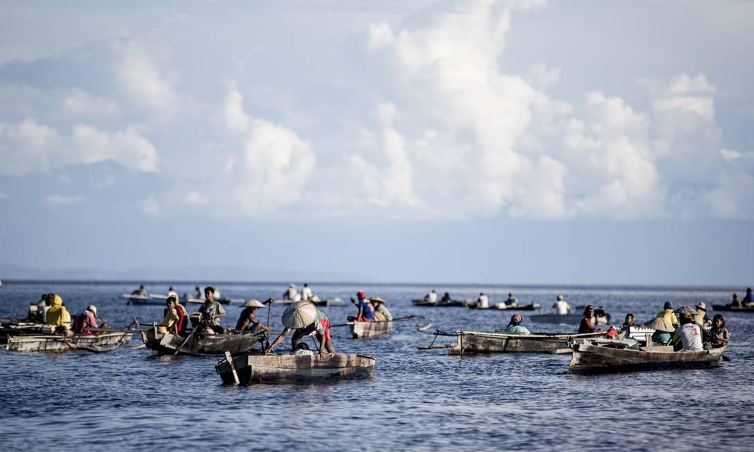 O principal meio de transporte das comunidades é o sampan, como chamam seus barcos de madeira. O povo sem fronteiras diz que 'Di lao' denakangku' ('O mar é minha família'). Foto: Divulgação / James Morgan