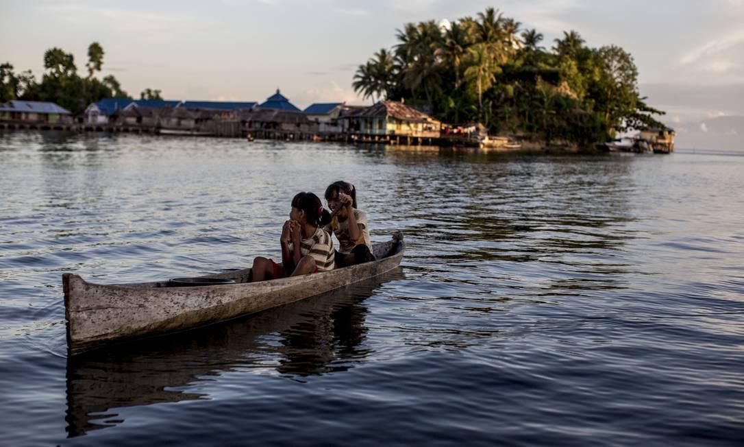 Cerca de 107 mil bajaus vivem entre as cidades costeiras da Indonésia, onde estabelecem sua casas de palafita. Algumas famílias passam temporadas fora do local de origem, enquanto outras permanecem no mesmo local durante décadas. Foto: Divulgação / James Morgan