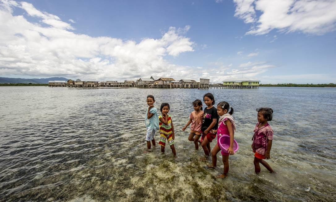 As mudanças climáticas são uma das maiores ameaças às comunidades. A Indonésia está entre os países mais frágeis do mundo a eventos extremos, como furacões. Além disso, a absorção de gases-estufa pelo oceano pode provocar a migração de peixes e a perda de biodiversidade. Foto: Divulgação / James Morgan