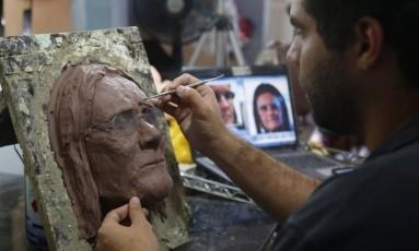 Na folia: artista da Condal faz o molde para a máscara de Graça Foster Foto: Custódio Coimba/27-1-2015