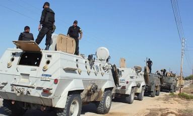Forças de segurança egípcias em ação no Sinai do Norte. Região foi palco de série de ataques do grupo Península do Sinai, ligado ao Estado Islâmico, que deixaram 27 mortos Foto: STRINGER / AFP