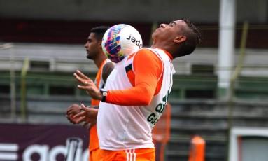 Walter domina a bola no treino tricolor Foto: Nelson Perez / Fluminense