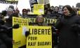 Ativistas canadenses protestam em frente ao Parlamento pedindo a libertação de Raif Badawi