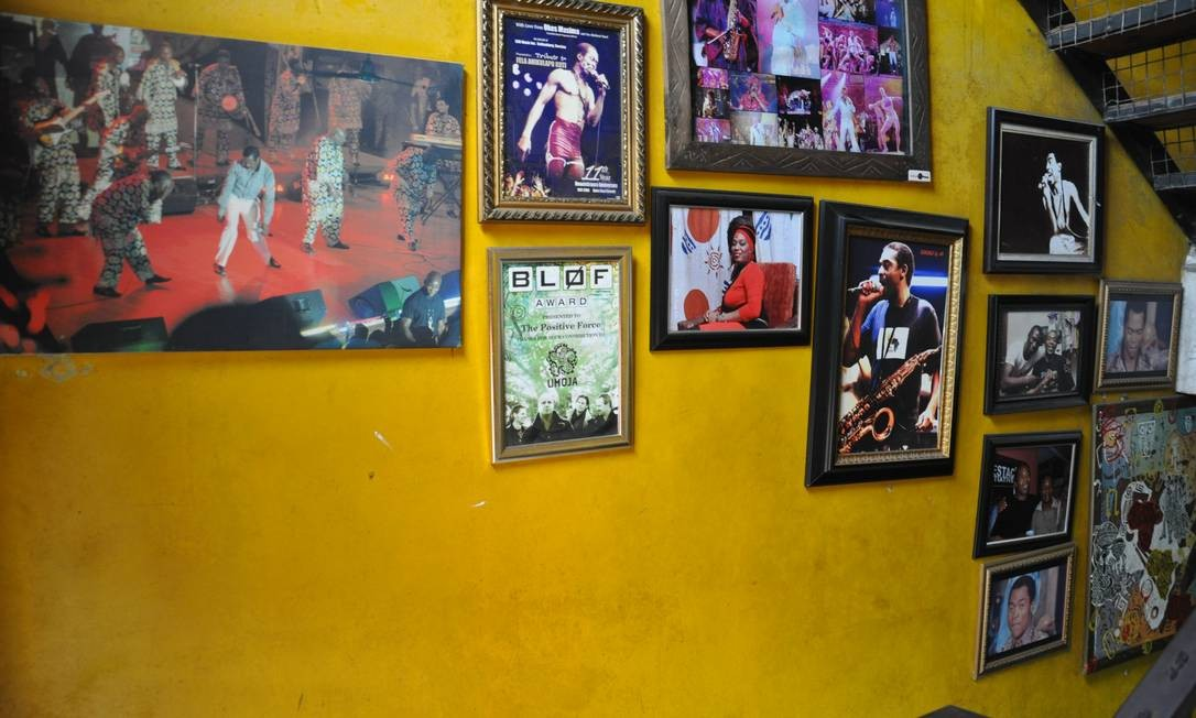 O Shrine tem fotos e cartazes de shows antigos, placas com frases de Fela e um pequeno altar em homenagem ao músico Foto: Marcéli Torquato
