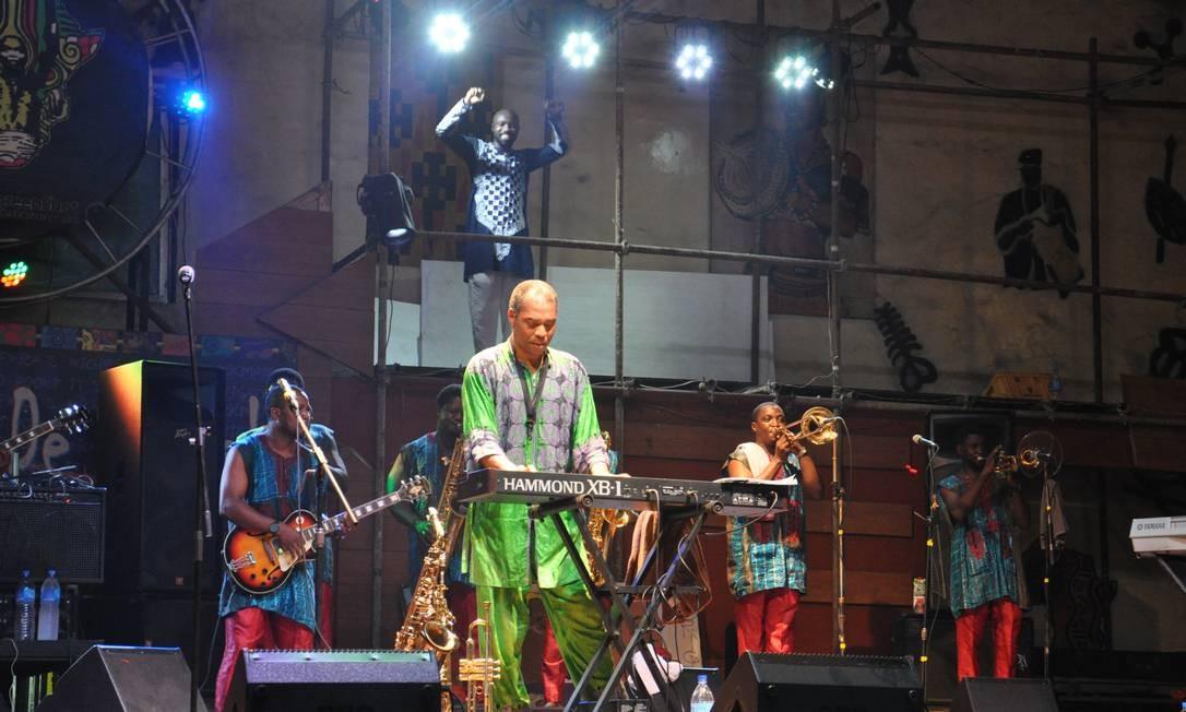 No palco, Femi se reveza entre saxofone, trompete, teclado e vocais. Nos intervalos, cumprimenta fãs que se aproximam do palco para dançar e reverenciá-lo. Foto: Guilherme Freitas