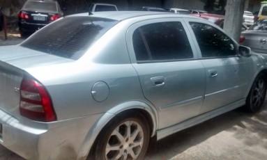 O Astra usado por bandidos em assalto em Campo Grande: marca de tiro Foto: Polícia Civil / Divulgação