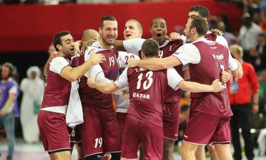 Jogadores do Qatar comemoram a histórica vitória Foto: KARIM JAAFAR / AFP