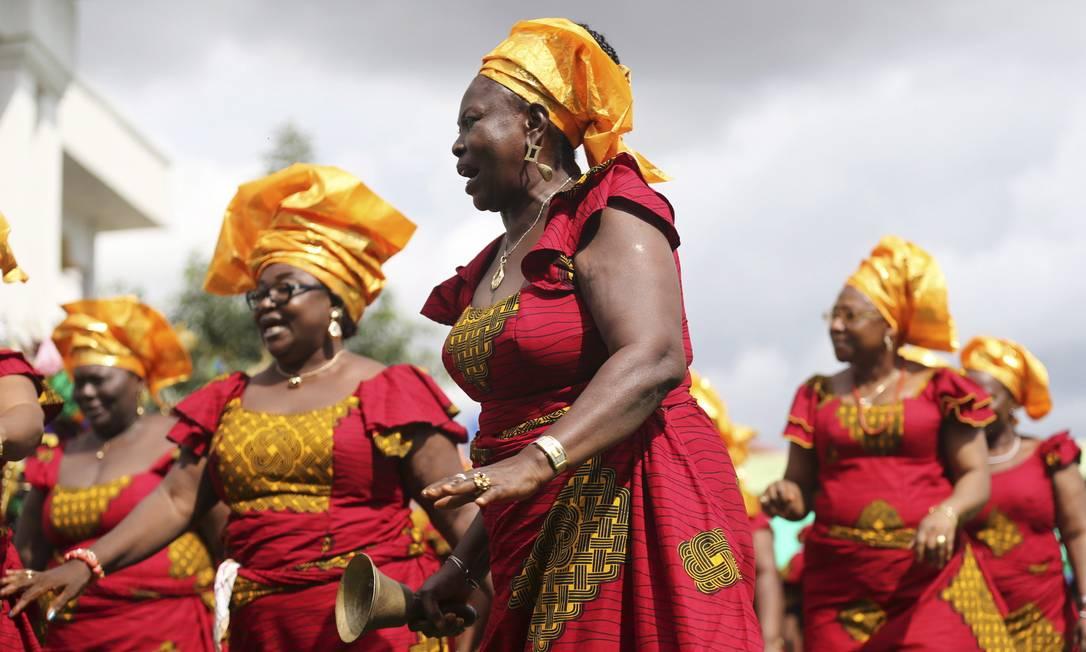 Mulheres dançam durante o festival Ofala, no estado de Anambra, na Nigéria/ Foto: / Akintunde Akinleye/Reuters/11-10-2014