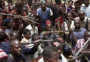 Sem apoio do governo, moradores da região de Maiduguri, no Norte da Nigéria, formaram grupos armados para resistir aos ataques do Boko Haram Foto: Joe Penney/Reuters/21-5-2014