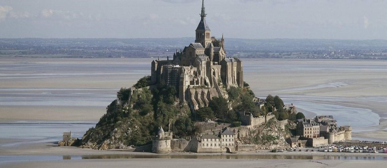 Acesso ao Monte Saint-Michel, na Normandia, agora é feito por micro-ônibus ou a pé Foto: Mark Rapillard/CMN / Divulgação