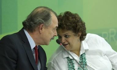 Aloizio Mercadante e a ministra do Meio Ambiente, Izabella Teixeira, após audiência com a presidente Dilma Rousseff Foto: Jorge William / Agência O Globo