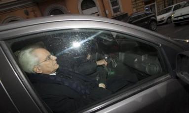 Novo presidente da Itália, Sergio Mattarella, é visto dentro de um carro em Roma Foto: Paolo Gargini / AP