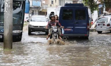 Até o início da tarde deste sábado, a água ainda tomava parte da Estrada do Itanhangá Foto: Pablo Jacob / Agência O Globo