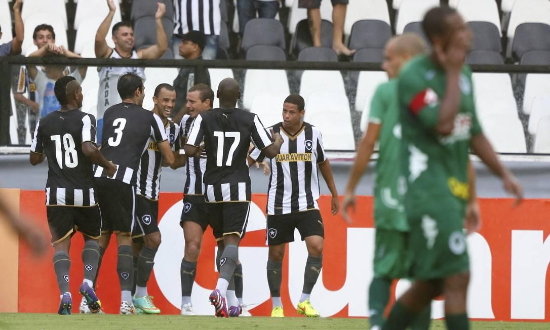 Jogadores do Botafogo comemoram o gol de Roger Carvalho Foto: Marcos Tristão / Agência O Globo