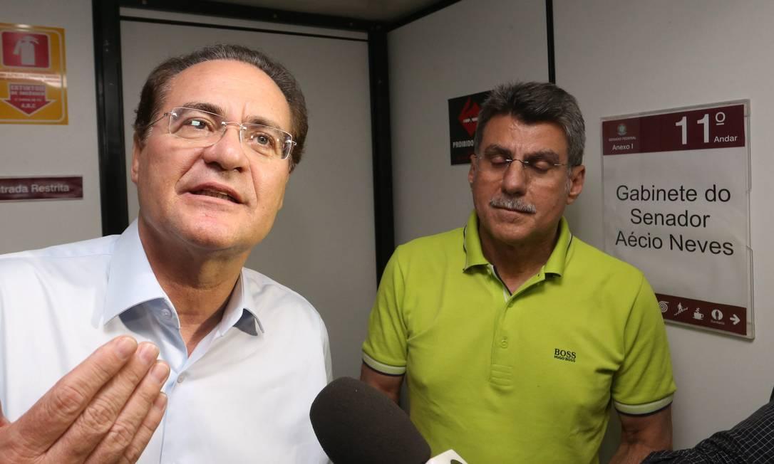 Renan Calheiros, ao lado de Romero Juca, deixa gabinete de Aécio Foto: Ailton de Freitas / Agência O Globo