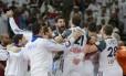 Os jogadores da França comemoram o título mundial de handebol