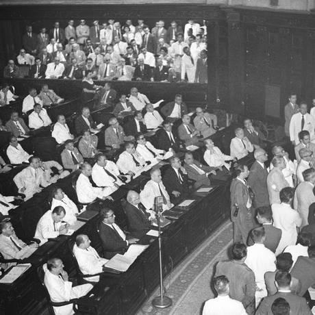 No Palácio Tiradentes. Deputados enchem plenário da antiga Câmara, no Rio. Foto: Agência O Globo / Arquivo/09-12-1958