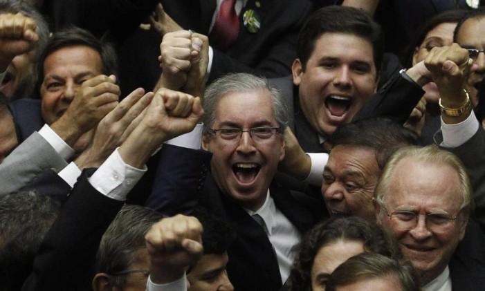 O deputado Eduardo Cunha (PMDB), novo presidente da Câmara, comemora a vitória Foto: Givaldo Barbosa / Agência O Globo