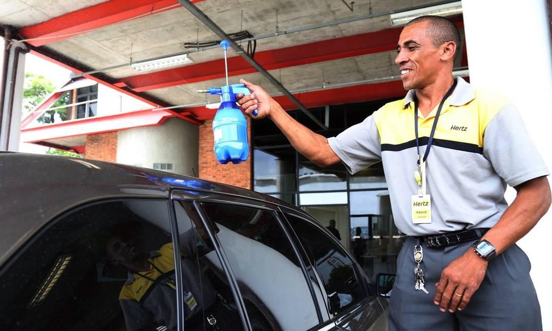 Lavagem a seco. Locadora de carros Hertz trocou a água por espuma para lavar veículos em São Paulo. Modelo já começou a ser usado no Rio Foto: Fernando Donasci / Fernando Donasci
