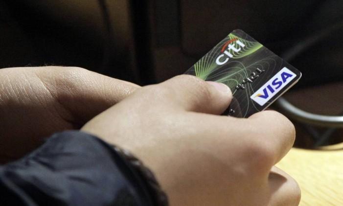 Usuário de cartão bandeira Visa em loja na Times Square, em Nova York Foto: Richard Drew / AP