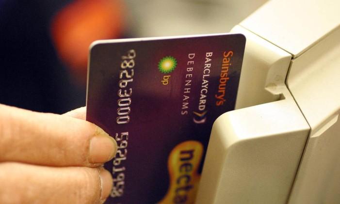Lojista passa cartão em mercado na Cromwell Road, em Londres Foto: GRAHAM BARCLAY / BLOOMBERG NEWS