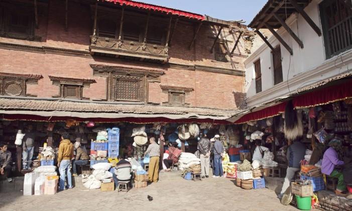 Vendedores na Praça Patan Durbar, em Lalitpur, no Vale de Kathmandu Valley, no Nepal Foto: Sumit Dayal / Bloomberg
