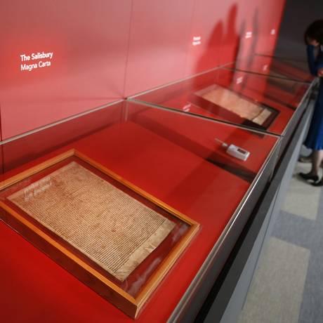 Mulher observa as quatro cópias da Magna Carta, na Biblioteca Britânica, em Londres, na Inglaterra Foto: STEFAN WERMUTH / REUTERS