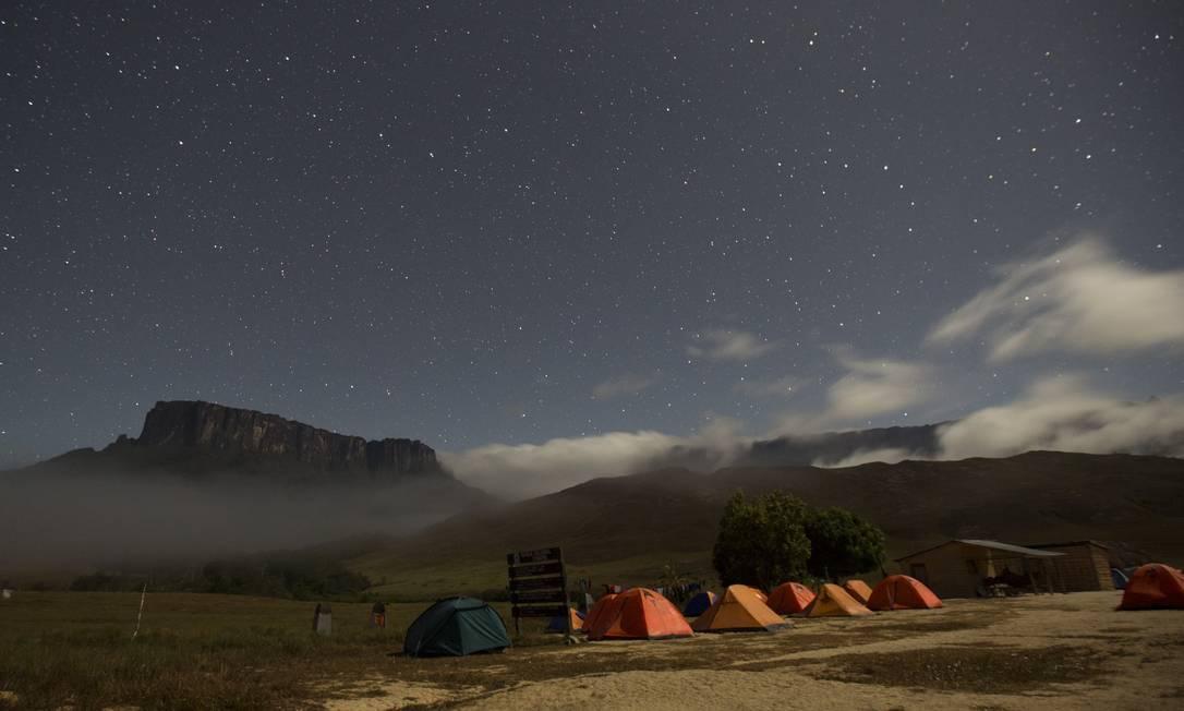 """Os montes Kukenan (à esquerda) e Roraima vistos do """"Tec Camp"""", perto da fronteira entre Brasil e Venezuela. Excursões ao local estão se tornando comuns Foto: Carlos Garcia Rawlins / REUTERS"""